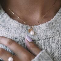 Jak zacząć piękny dzień? Mam świetną radę 😉 Ubierz się w nasze biżu ❤️ Otul się pięknym blaskiem złota czy srebra i niezwykłą mocą naszych kamieni naturalnych ⭐️ A dodatkowo poczujesz naszą energię, którą przekazujemy każdego dnia w nasze małe działa sztuki tworząc biżuterią właśnie dla Ciebie🙏❤️