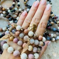 """Dzień dobry kochani 🥰 Zapraszam dzisiaj na prezentację pojedynczych modeli bransoletek z kamieni, których możesz stać się właścicielem 🥰 Są to pojedyncze egzemplarze, więc możesz poczuć się dzięki naszej biżuterii wyjątkowo nosząc dany model jedyna na świecie 🥰🌍 Dziś o 17:00 rusza sprzedaż na naszym Fb kulka.bransoletki podpisujac zdjęcie """"zamawiam"""" a następnie skontaktuje się per wiadomość ze mną ☀️ Do usłyszenia 😘"""